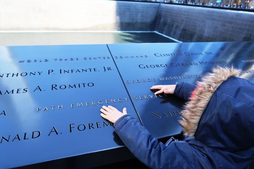 un bambino che osserva il memoriale 11 settembre