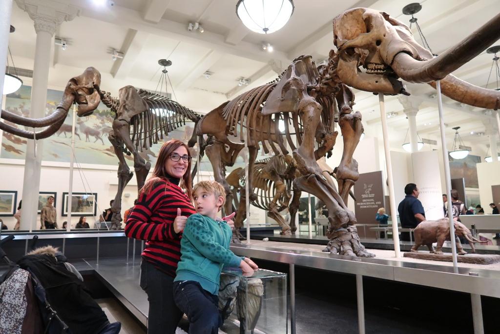 una mamma con i bambini al museo di storia naturale di new york