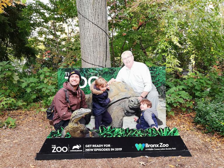 una famiglia allo zoo del bronx