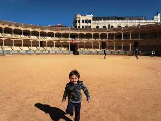 un bambino che gioca in un arena in Andalusia