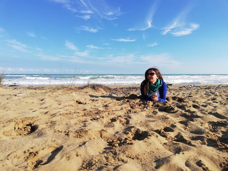 una donna in una spiaggia siciliana