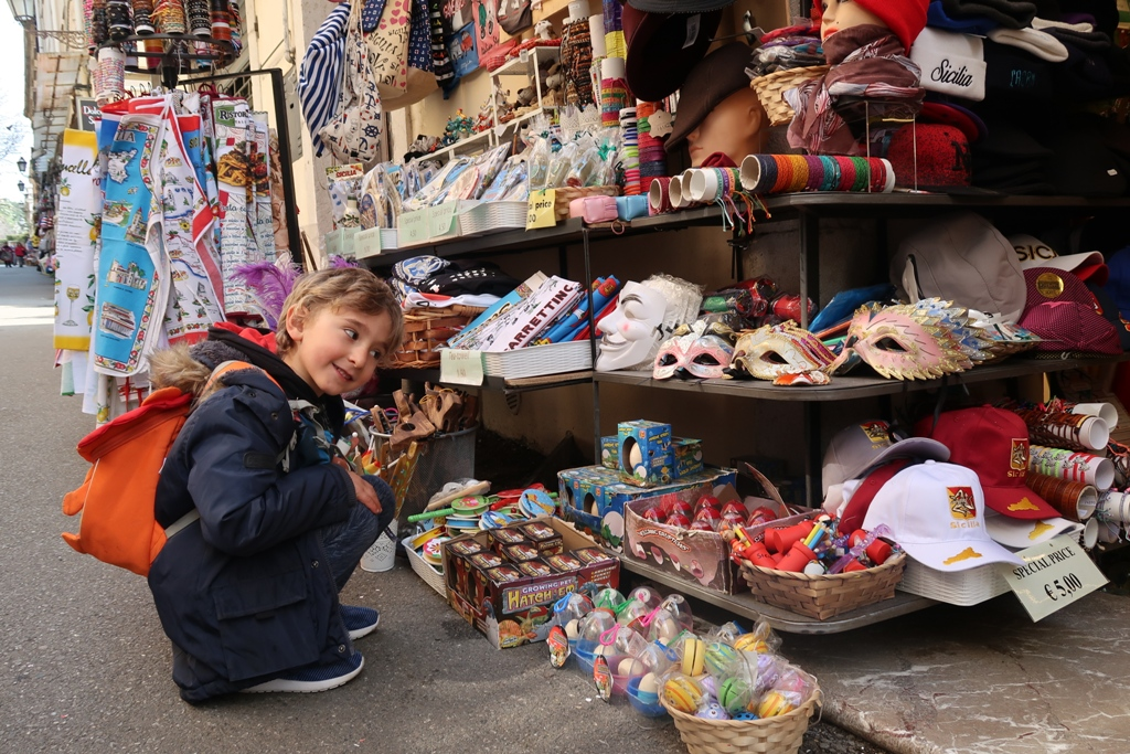 un bambino a Taormina in Sicilia