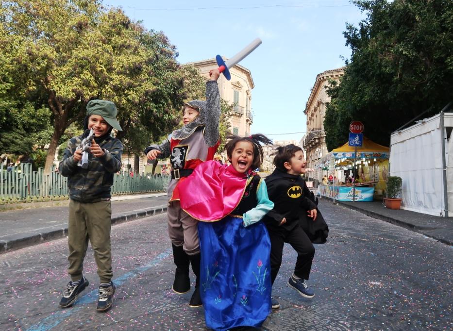 bambini che saltano al carnevale di acireale