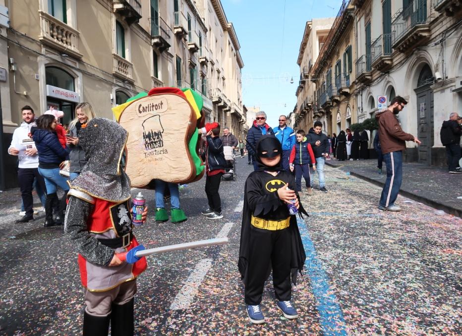 bambini che festeggiano il carnevale di acireale
