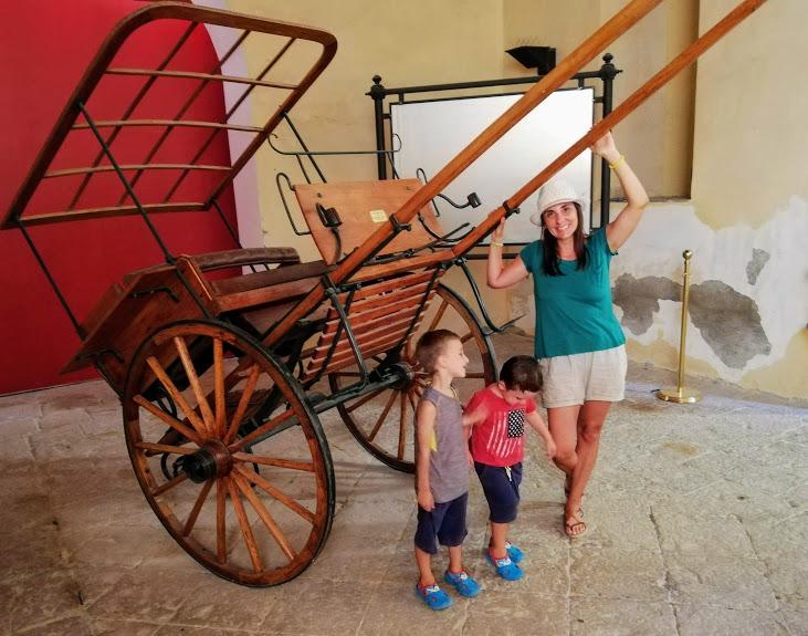 mamma e bambini e carretto siciliano