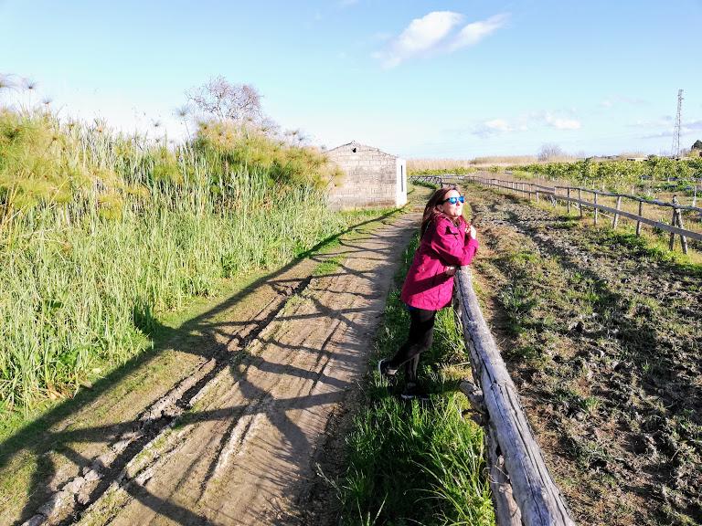 una donna in escursione vicino Siracusa alla riserva naturale fonte ciane