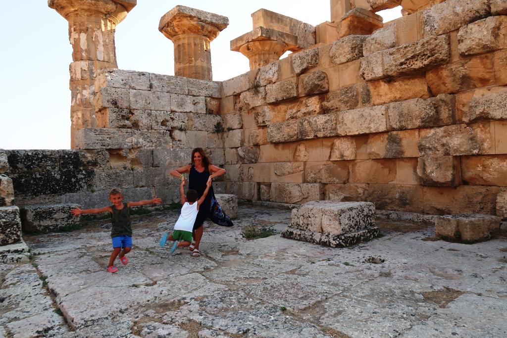 una mamma e due bambini che giocano a Selinunte