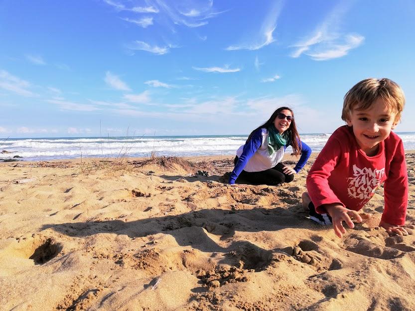 una mamma e un bambino sulla spiaggia di Eloro