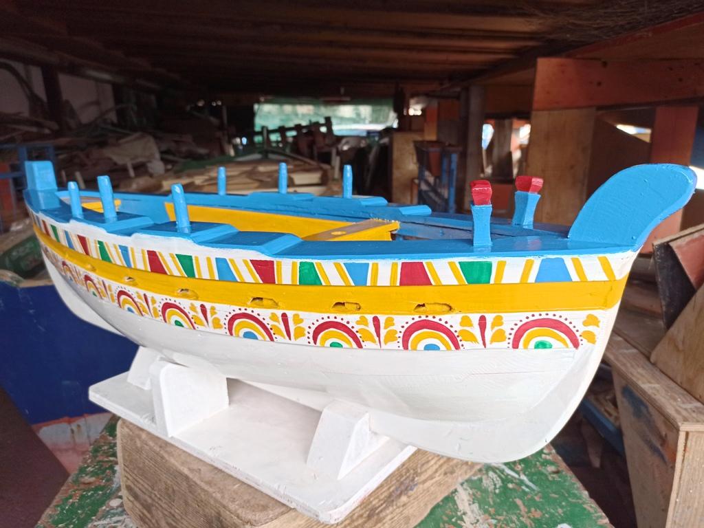 barca di legno ad acitrezza nei dintorni di catania