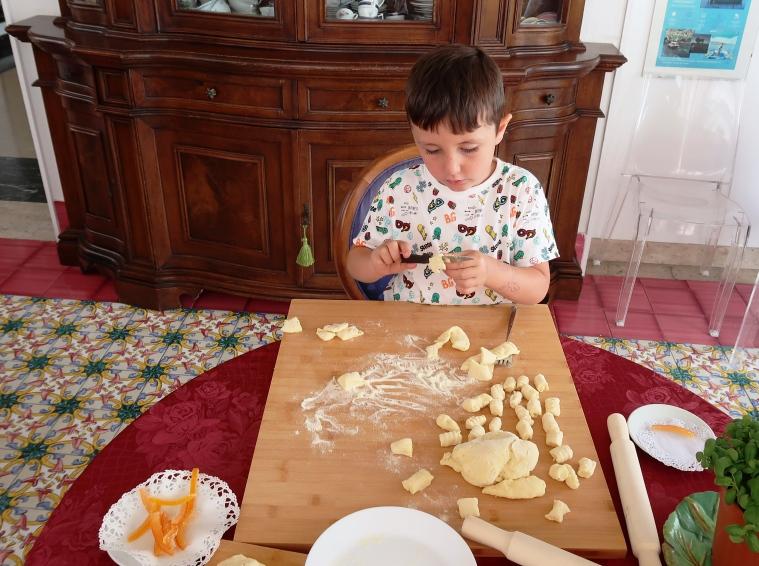 un bambino che fa lezioni di cucina siciliana