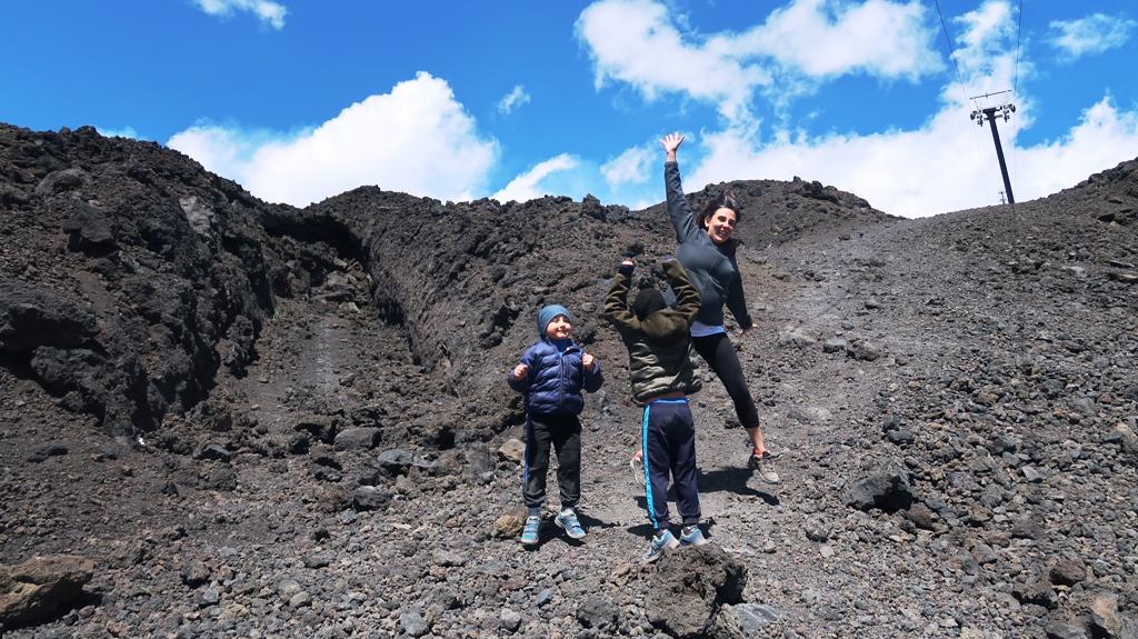 una famiglia in escursione sull'etna