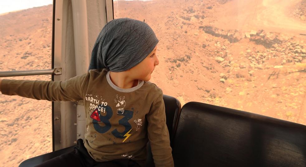 un bambino che guarda l'Etna dalla funivia