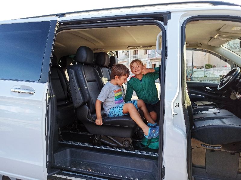 Bambini in taxi a Lipari