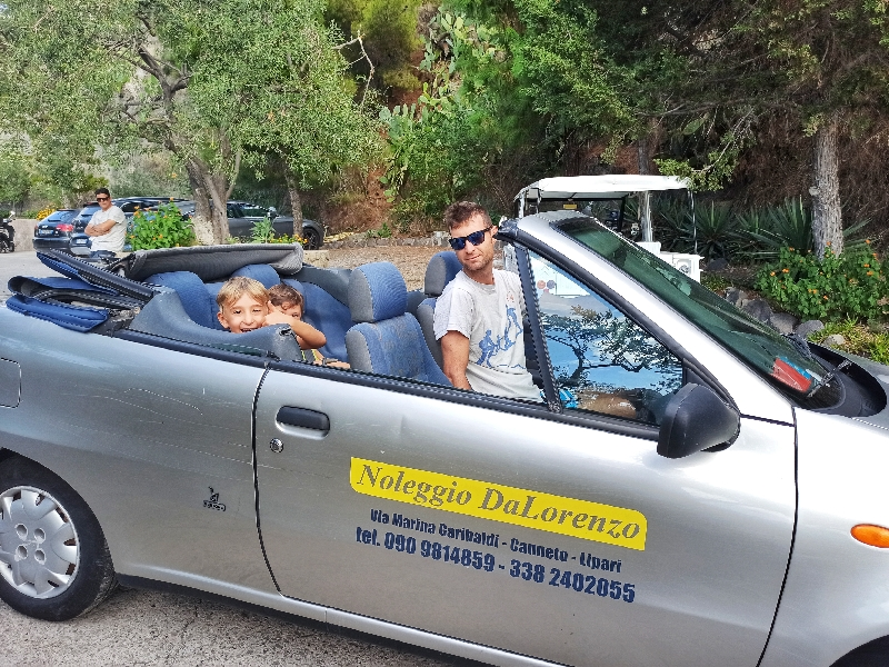 una famiglia in auto a Lipari
