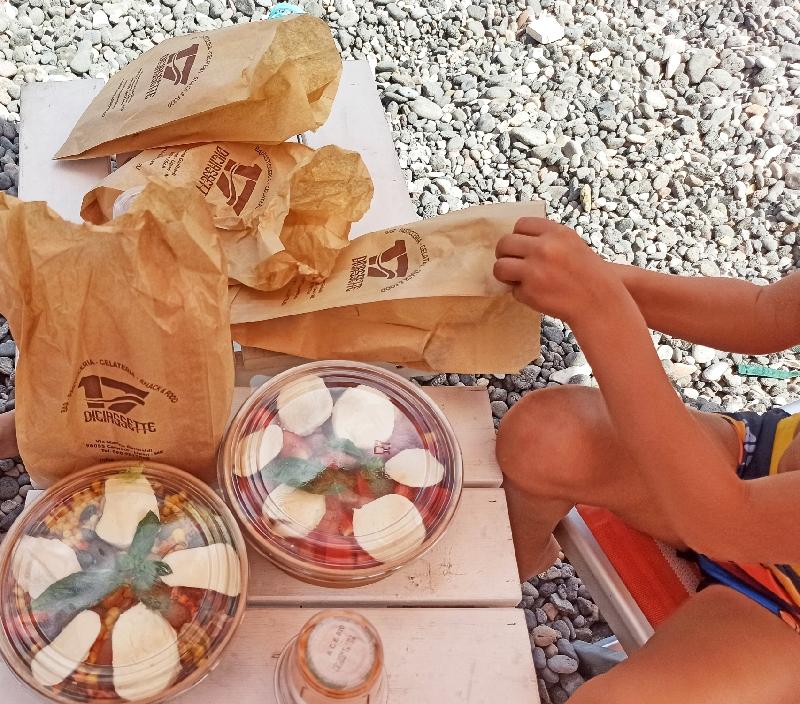 pranzo in spiaggia a Lipari