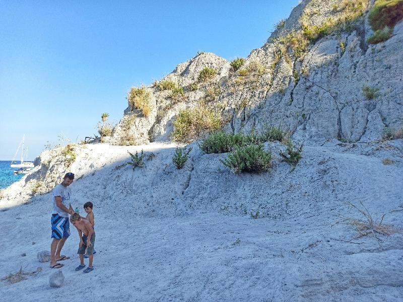 padre e bambini alle cave di pomice di Lipari