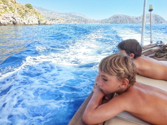 due bambini in barca a Lipari