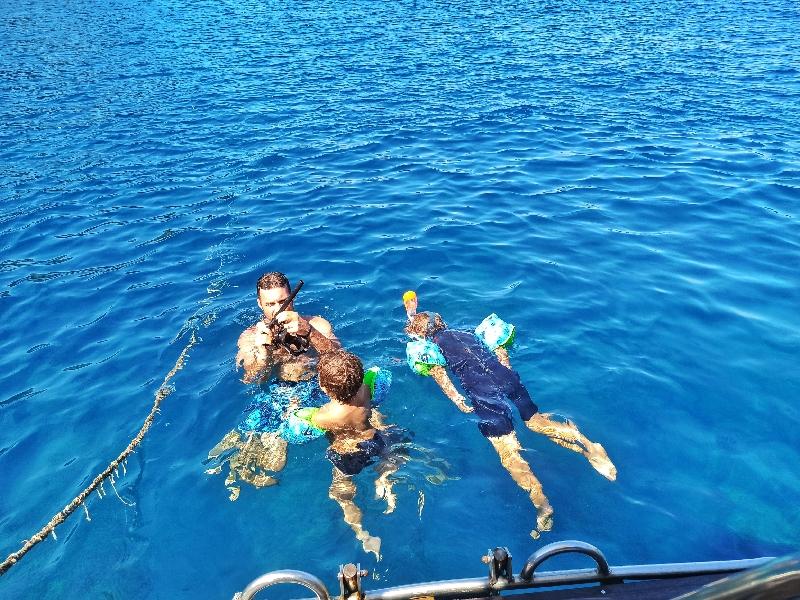 bambini che fanno snorkeling a Lipari