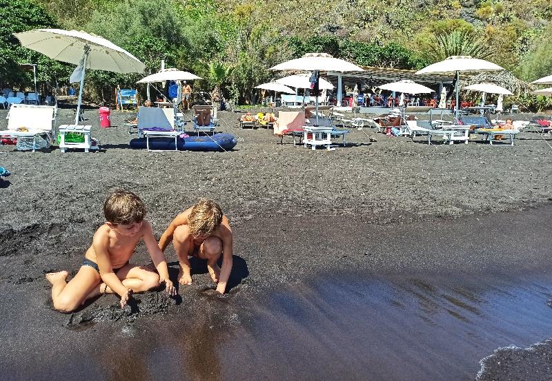 due bambini che giocano sulla spiaggia di Vulcano