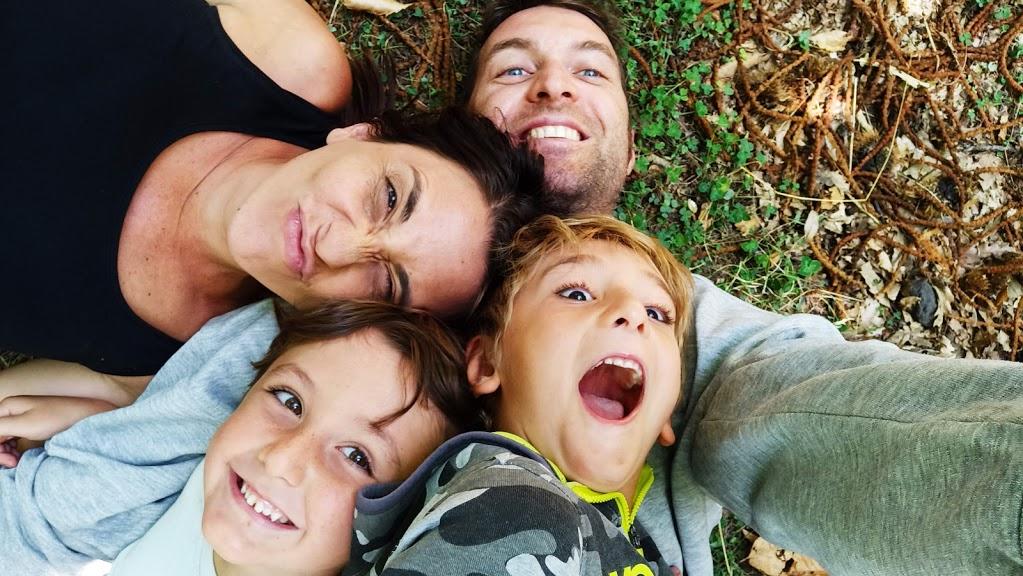 una famiglia in un bosco sull'Etna