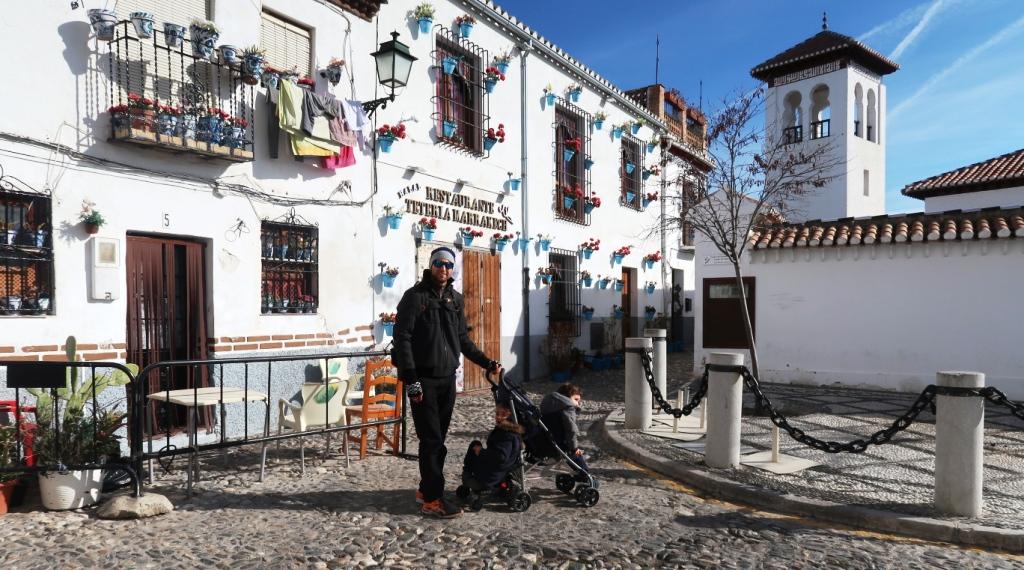 un papà e due bambini in viaggio in Andalusia