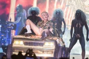 Miley sur sa voiture en or