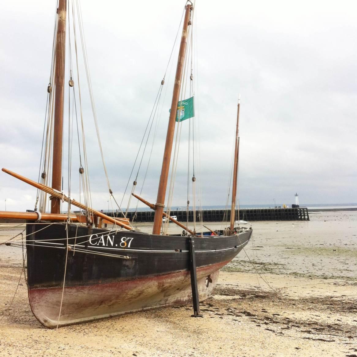 Cancale à marée basse - bateau à voiles