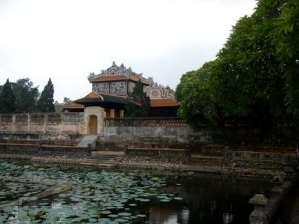 Bassin et joli bâtiment du Palais Thai Hoa