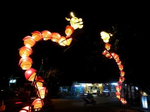 Carrefour éclairé par deux dragons à Hoi An