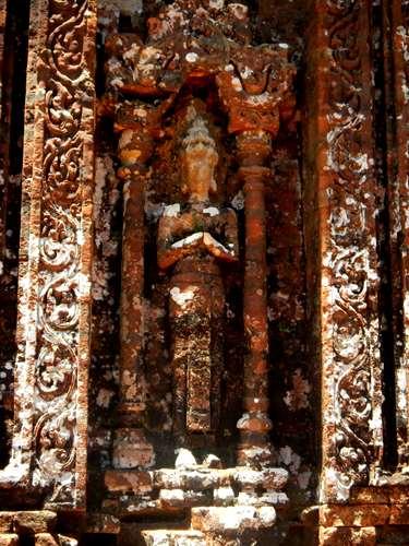Statue remarquablement bien conservée à My Son - Vietnam - Claironyva