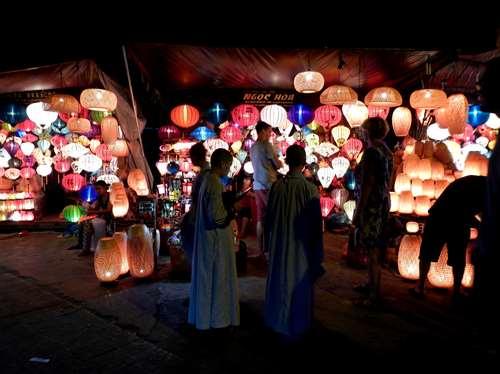 Jeunes moines équipés de smartphone à Hoi An
