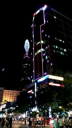 Ho Chi Minh by night au loin, la tour Bitexco