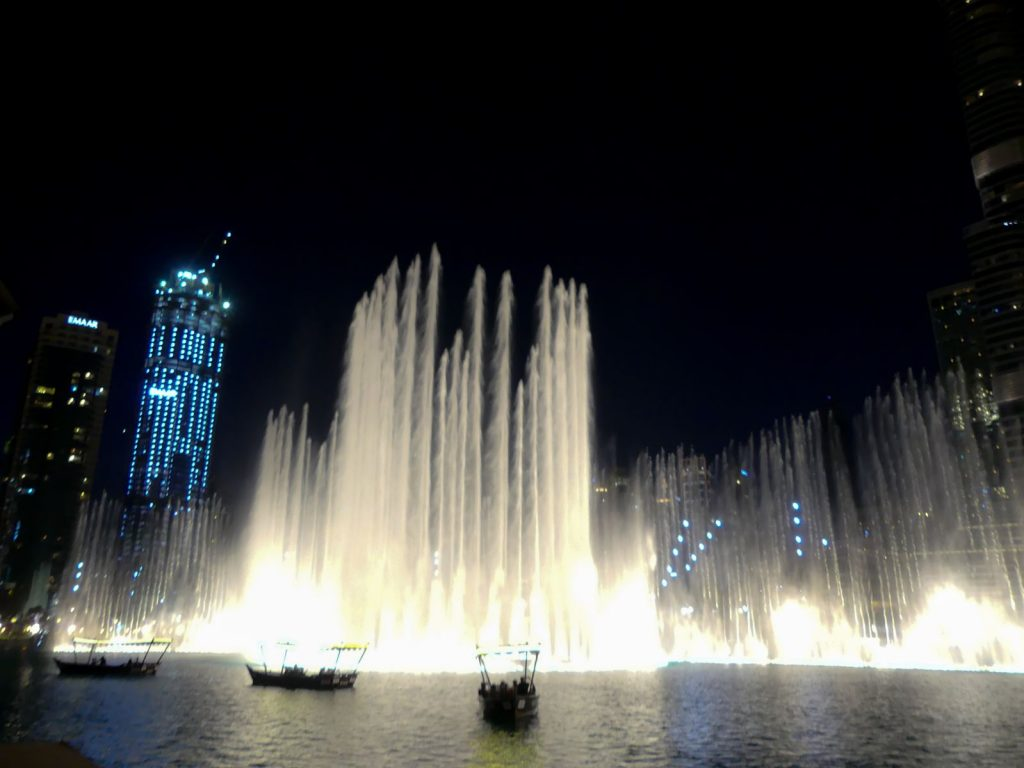 laironyva escale dubai by night fontaines