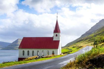 Eglise sur le bord de la route à Kalsoy