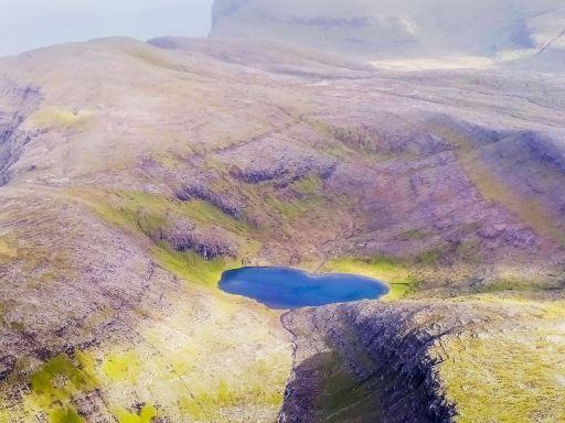 Vue depuis l'avion sur le lac en forme de coeur