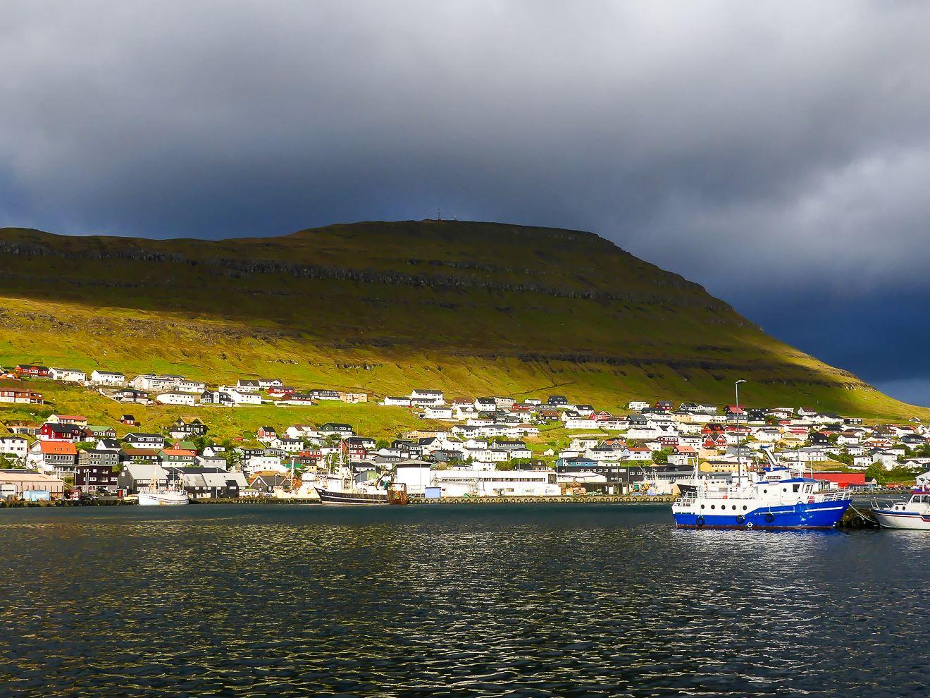 Vue depuis le port de Klaksvik