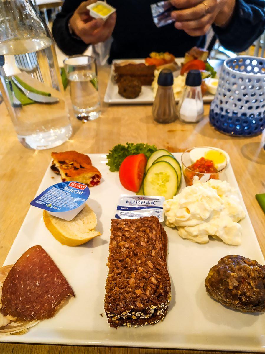 Repas à l'hostel de Gjogv