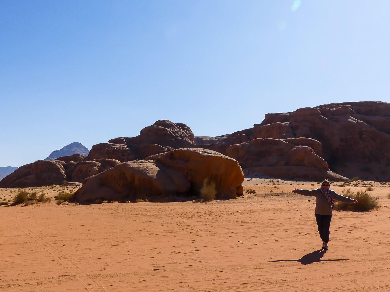 Heureuse dans le désert du Wadi Rum