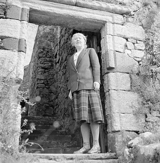 440px-Dame_Flora_MacLeod_of_MacLeod_op_Dunvegan_Castle,_een_kasteel_dat_toebehoort_aan,_Bestanddeelnr_252-0170.jpg