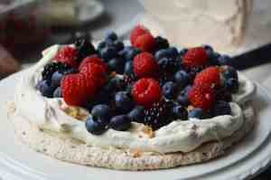Mixed berry meringue layer with fruit