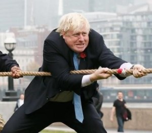 10月27日、英ロンドンのボリス・ジョンソン市長(写真)が、市庁舎の周辺で開催された綱引きに、軍関係者らとともにスーツにネクタイ姿で参加した。27日撮影(2015年 ロイター/Stefan Wermuth)