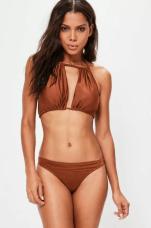 MISSGUIDED - Bikini marron froncé fendu (https://www.missguidedfr.fr/haut-de-bikini-marron-fronce-fendu + https://www.missguidedfr.fr/bas-de-bikini-string-marron ou https://www.missguidedfr.fr/bas-de-bikini-marron-echancre)
