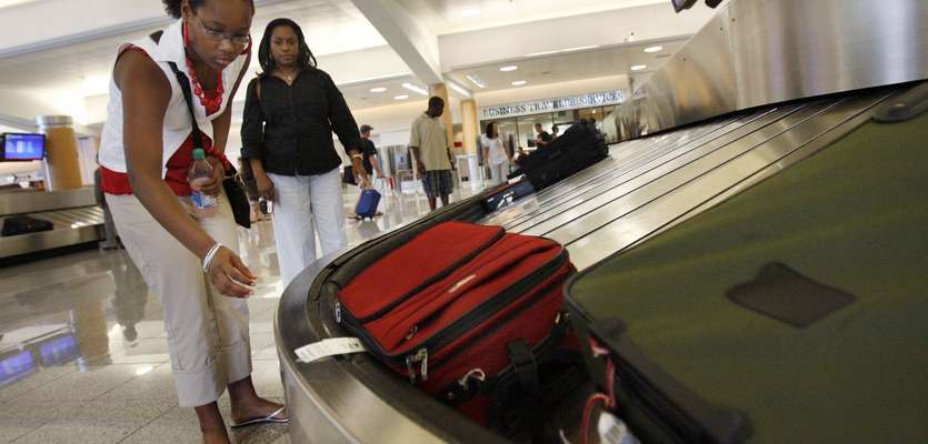 Feds will require airline baggage fee refunds when bags are delayed
