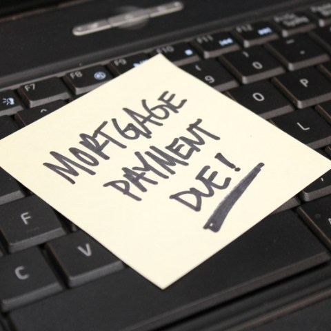 sticky note that says 'mortgage payment due'