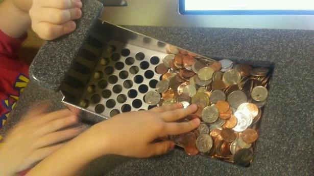 kids putting coins into coinstar alternative machine