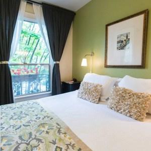 Cheerful Camas hotel room