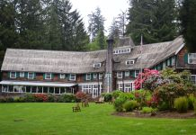 Lake Quinault Lodge outside of the back Lake Quinault Lodge
