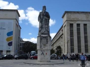 (FOTO 01) Estátua de D. Dinis, que está na praça em frente a Faculdade de Medicina.