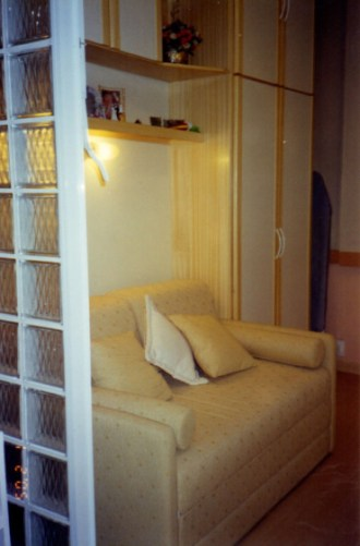 Vista parede esquerda do quarto, onde depois a cama entrou no lugar do sofá_depois.