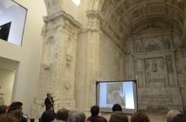 O Arquiteto Byrne, junto a Capela do Tesoureiro, a explicar detalhes da obra. * repare na foto projetada.